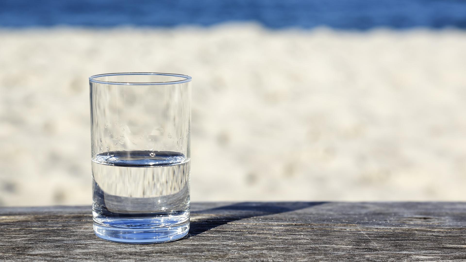 Masa üstünde bardak ve su akışı
